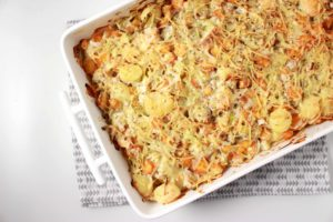 Creamy ovenschotel met zalm, prei en wortelen