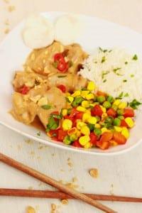 Kip in pindasaus met kleurrijke rijst
