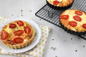 Quiche met gekarameliseerde ui, ricotta & tomaat