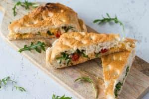 Turks brood met zongedroogde tomaten & drie kazen