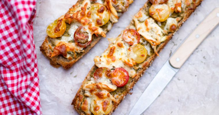 Pizza baguette met pesto, tomaat en kip
