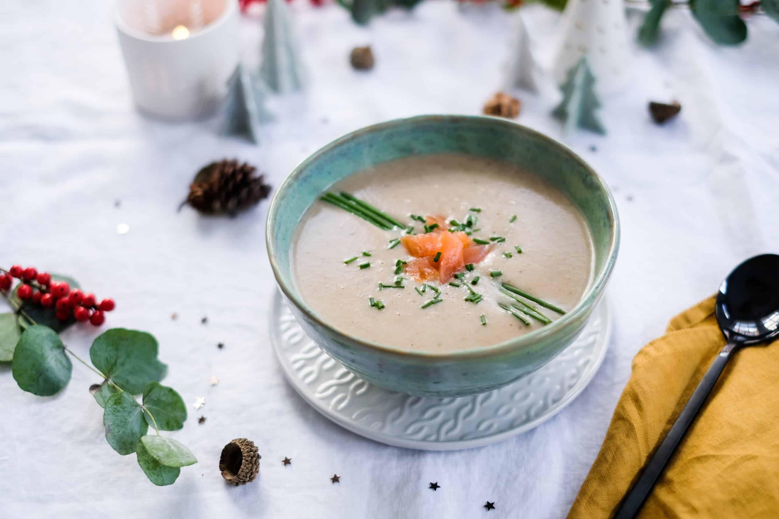 Feestelijke soep met gerookte zalm