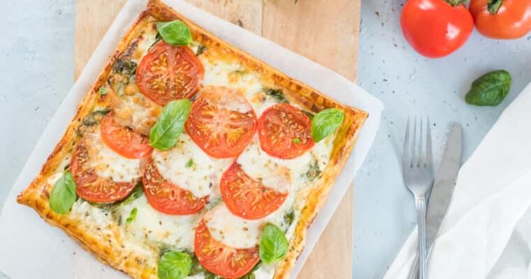 Plaattaart met verse kaas, spinazie, tomaat en mozzarella