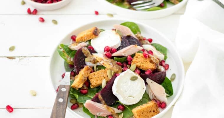 Salade met rode biet, gerookte forel, peperkoek en geitenkaas