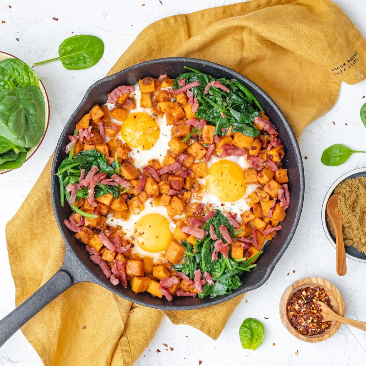 vierkante foto van Bovenaanzicht hartig ontbijt met zoete aardappel