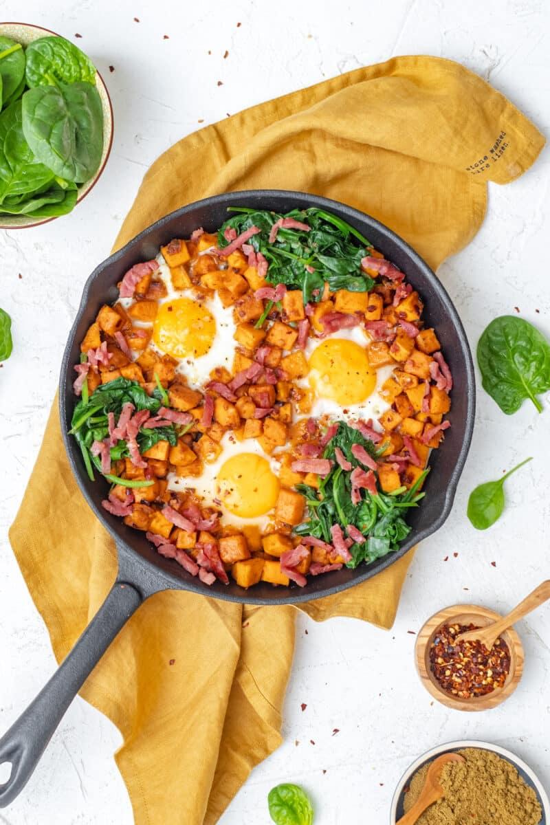 Bovenaanzicht verticale foto hartig ontbijt met zoete aardappel