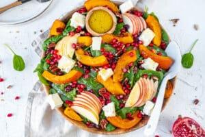 Herfstige salade met pompoen, appel en brie