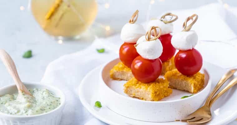 Vegetarisch aperitiefhapje met krokante veggie kip, tomaat en mozzarella