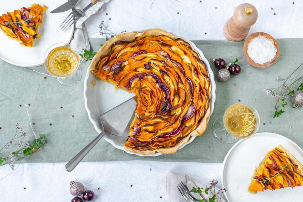 Vegetarisch hoofdgerecht voor de kerstmenu 2020: bovenaanzicht met uitgeschepte borden
