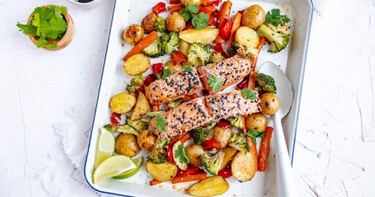 Ovenschotel met zalm en broccoli, krieltjes, wortel en paprika