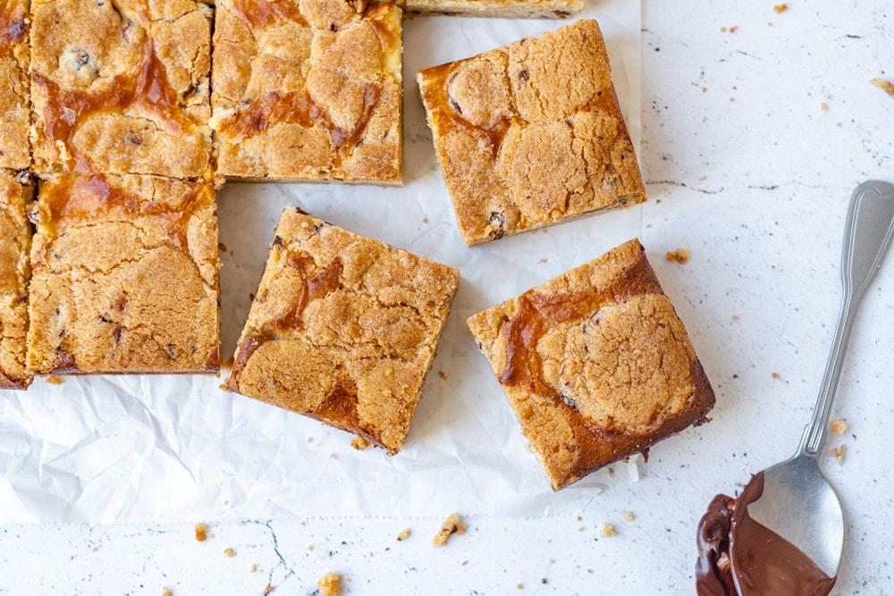 Dit recept voor chocolade, cheesecake en koekjes repen is de perfecte mix van een zacht en chewy koekje en gebakken cheesecake.