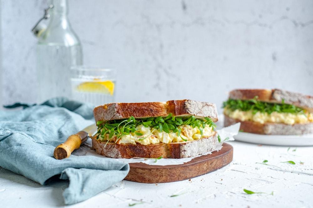 boterham met surimi salade in vooraanzicht