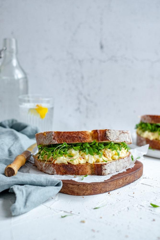 surimi salade in vooraanzicht met glaasje water en bestek