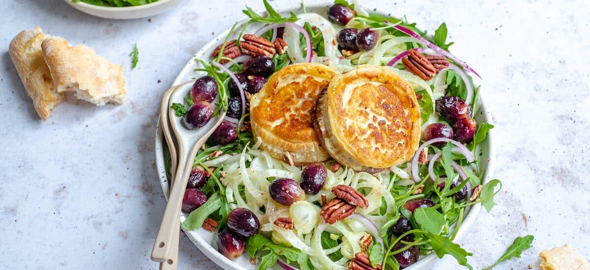 Salade met gegrilde geitenkaas en druiven