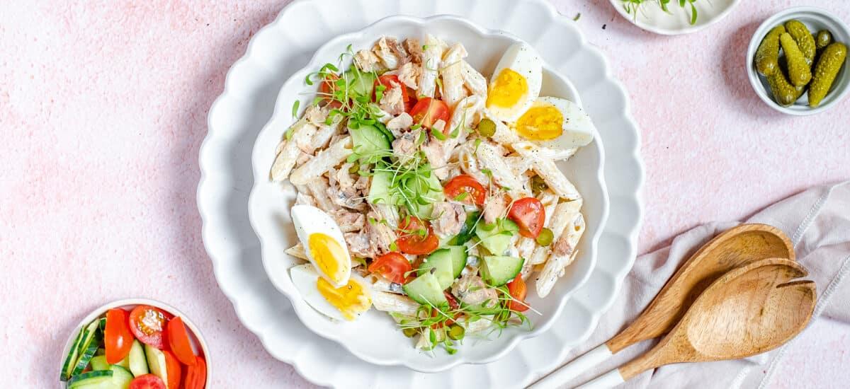 Pasta salade met zalm en koude groentjes