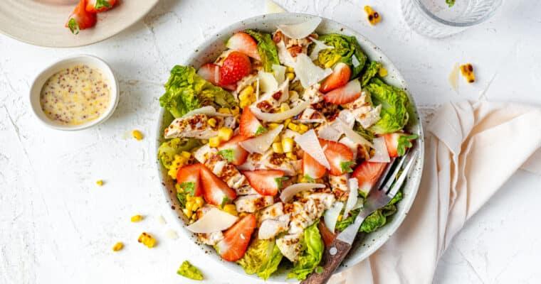 Zomerse salade met kip en aardbeien