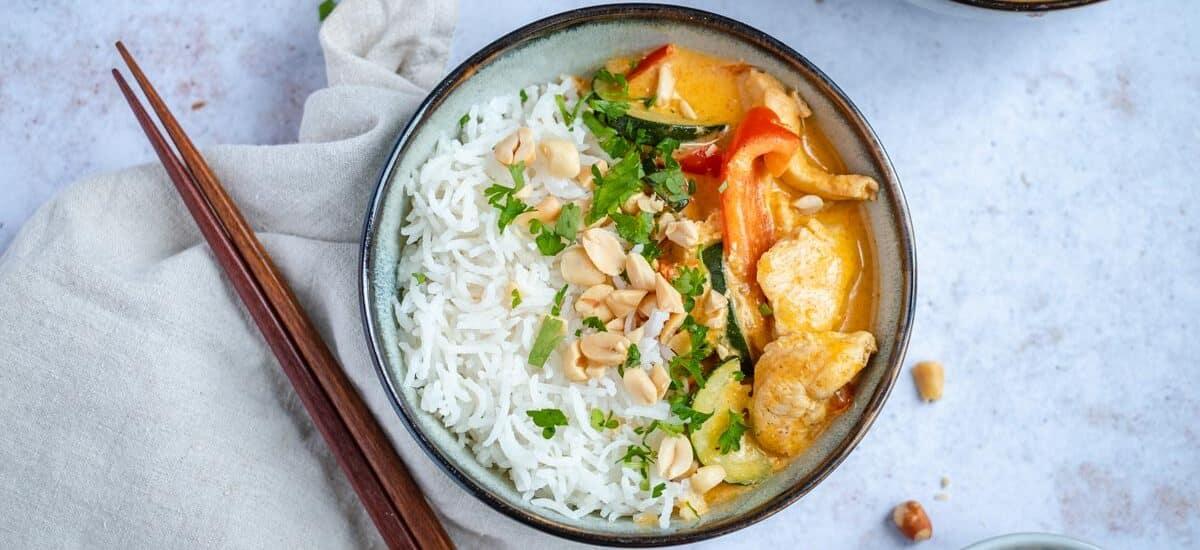 Goedgevulde Thaise rode curry met kip
